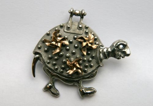 Kęstutis Stanapėdis ( Lietuva / Lithuania) sagė, kobalto chromo lydinys, auksas / brooch chobalto chromium alloy, gold