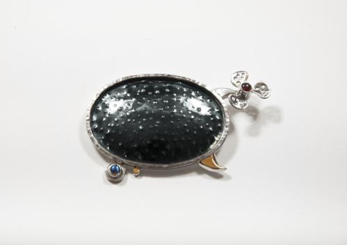 Solveiga ir Alfredas Krivičiai (Lietuva / Lithuania) sagė, sidabras, auksas, granatas, mėnulio akmuo / silver, gold, garnet, moonstone