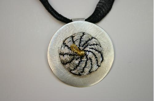 Elzė Sakalinskaitė (Lietuva / Lithuania) pakabukas, sidabras, siuvinėjimas / Pendant, silver, needlework