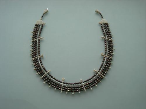 Sigitas Virpilaitis. Kaklo papuošalas. 2012, mamuto kaulas, perlai / Necklace. Mommoth bone, pearls