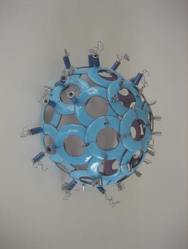 Txus Fibla. MEDŪZA. 2009, varis, emalis, metaliniai siūlai, sidabras, vamzdeliai, mišri technika (Ispanija)