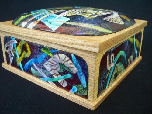 Herbert Friedson.GYVENIMAS STEBUKLE / LIFE IN WONDERZONE. 2011, emalio inchrustacija, varis, ąžuolinė dėžutė / Sifting, wet inlay, stencils, copper, red oak box, 7 x 7 x 3 (JAV)