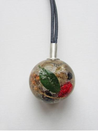 Sandra Malaškevičiūtė. Bumbulas. organinis stiklas,įvairūs augalai, sėklos, uogos, sidabras, oda