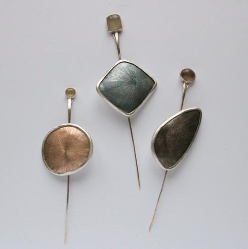 Vita Pukštaitė. Sagės. Egocentras. 2012, sidabras, emalis, varis, auksas, rutilo kvarcas