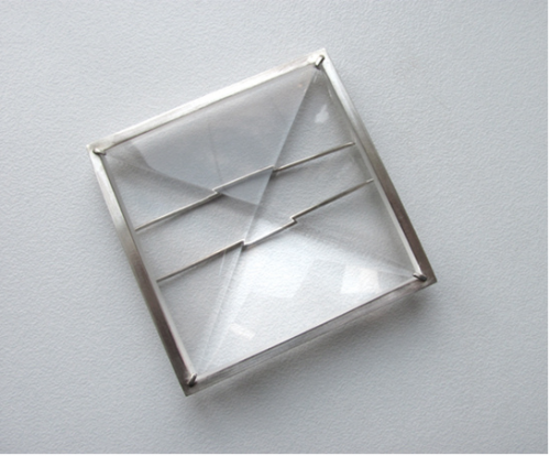 Sandra Malaškevičiūtė. Sagė OP 2006, organinis stiklas, sidabras, 51 x 51 mm /