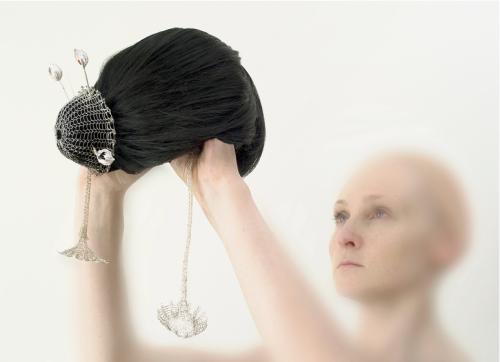 Eglė Čejauskaitė. KONFIDENCIALI. 2009, sidabras, auksas, koralai, dirbtiniai plaukai, 280 x 620 x 200 mm. /