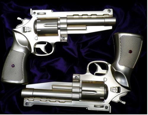Solveiga ir Alfredas Krivičiai. DOVANA AUKSINIŲ VESTUVIŲ PROGA. Auksiniai pistoletai,rubinai. 2010